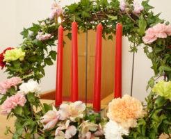 長久手キリスト教会の礼拝堂を彩るクリスマスキャンドル